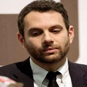 من هو عمرو فهمي الذي تسبب في القبض على رئيس كاف بفرنسا؟