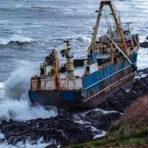 """بعد غرقها بمثلث برمودا.. سفينة """"الأشباح"""" تظهر بشواطىء أيرلندا"""