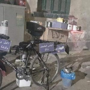 «حسن» موظف بشركة سياحة صباحا وبائع قهوة على دراجته مساء: «أكل العيش مُر»