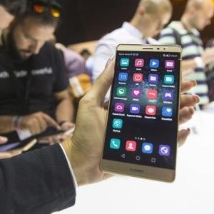 كيف تؤثر أزمة هواوي على مستخدمي الهواتف؟.. خبير تكنولوجي يجيب