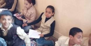 """بالصور  طلاب مدرسة بالقليوبية يجلسون على """"حصيرة"""".. والتعليم: جار التحقيق"""