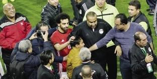 عدسة «الوطن» تسجل فرحة طفل بقميص محمد صلاح