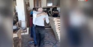 بالفيديو| لقاء مؤثر بين سوري ووالده بعد 7 سنوات من اعتقال الأخير