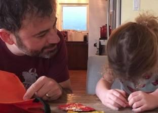 بالفيديو| أطفال يأكلون حلوى الهالوين بشكل مضحك