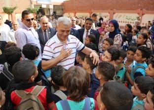 محافظ المنوفية يتفقد المدارس الأزهرية والقبطية ويشارك بتحية العلم