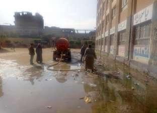 """بالصور  غرق مدرسة في السنطة بمياه الصرف.. والأهالي: """"ولادنا في خطر"""""""