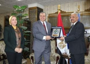 محافظ السويس يستقبل وزير القوى العاملة بمكتبه ويهديه درع المحافظة
