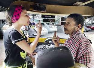 سائق «توك توك» من الصم والبكم يعمل بمساعدة ابنته: هى لسانى وودانى