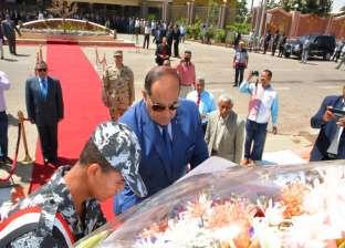 بالصور| محافظ سوهاج يضع إكليل زهور على النصب التذكاري لشهداء المحافظة