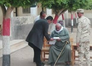 3 قضاة لجان في أجا بالدقهلية يخرجون من اللجان لمساعدة كبار السن