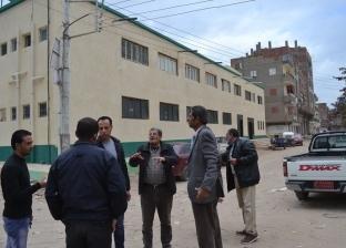 """بالصور  رئيس """"بلطيم"""" يتابع إعادة هيكلة شوارع المستشفى الجديد"""
