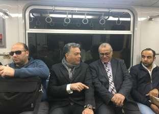 بالصور| وزير النقل في جولة مفاجئة لعدد من محطات مترو الأنفاق