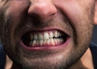 لماذا يجز الإنسان على أسنانه في حالة النوم أو اليقظة؟