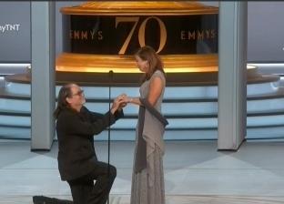 """بالفيديو  جلين فايس يفوز بـ""""الإيمي"""" ويطلب الزواج من حبيبته على المسرح"""