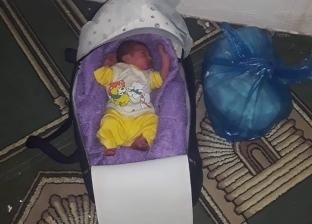 صور.. شيخ مسجد يعثر على طفل رضيع عمره 4 أيام في مطروح