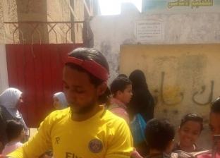 """بالصور  """"محمد"""" يترك الحدادة لري عطش تلاميذ المدارس: """"الصنعة مش جايبة همها"""""""