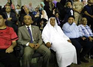 محافظ شمال سيناء يسلم عقود 23 سيارة ربع نقل للشباب