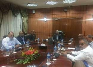 محافظ بورسعيد يبحث الخطط الإنشائية مع مجلس إدارة النادى المصرى