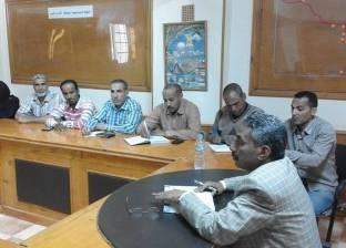 رئيس الوحدة المحلية يجتمع برؤساء الأقسام لمتابعة سير العمل