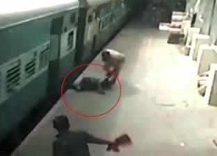 بالفيديو| لحظة إنقاذ هندية علقت بقطار منطلق بسرعة عالية
