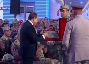 """رئيس """"تموين وإمداد القوات المسلحة"""" يهدي السيسي نسخة من المصحف الشريف"""