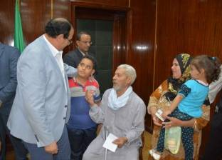 محافظ الدقهلية يأمر بعلاج طفل على نفقة الدولة وتوفير معاشات للمواطنين
