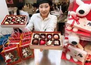 """في اليابان.. النساء تقدم """"الشوكولاتة"""" للرجال في عيد الحب"""