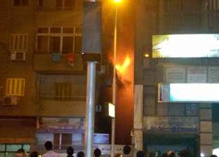 اندلاع حريق هائل داخل شقة في شارع التحرير بالدقي