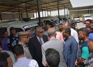 محافظ الوادي الجديد يتفقد مواقف سيارات الأجرة بمدينة الخارجة