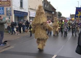 """بين التقليد الوثني والتسول.. لهذا توقف مهرجان """"دب القش"""" في بريطانيا"""