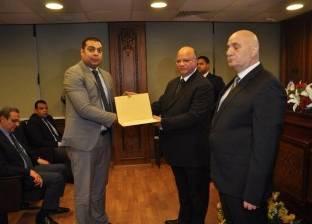 مدير أمن القاهرة يكرم رئيس مباحث مصر الجديدة تقديرا لجهوده