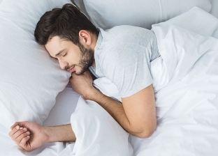 تفسير رؤية النوم والاستلقاء في الأحلام: مرض وخير ووفاة