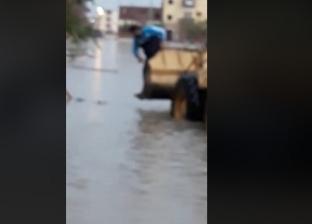 """مشهد مأسوي.. """"لودر"""" ينتشل جثة طفلة من مياه الأمطار بعد صعقها بالكهرباء"""