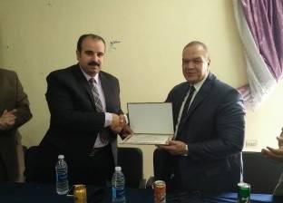 """وكيل """"صحة الشرقية"""" يكرم مدير مستشفى الحميات بالزقازيق"""