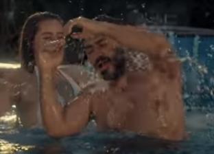 يظهر في ملهى ليلي وحمام سباحة.. تامر حسني يطرح «إنتي صعبة»