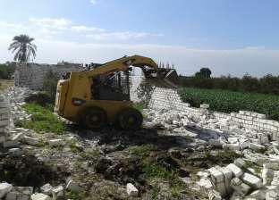 إزالة مبنى مخالف على أرض زراعية بقرية كفر سليمان البحري في دمياط