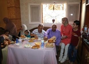 محافظ المنوفية يلبي دعوة أحد العاملين على الإفطار