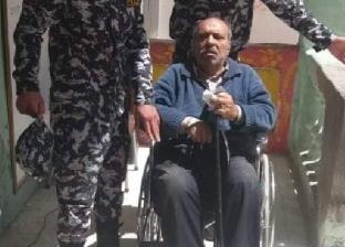 قوات الأمن توفر كرسي متحرك لمسن ليدلي بصوته في الإسكندرية