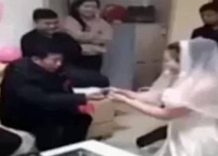 بالفيديو  فتاة صينية تتخلى عن عريسها بسبب والده