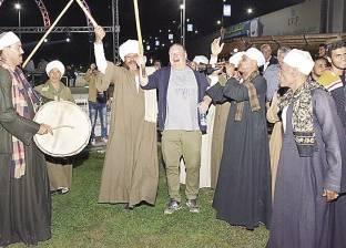 سائحون ألمان يرقصون بالعصا على أنغام المزمار البلدى فى سوهاج