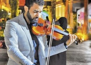 شاب مصرى يعزف ويغنى فى شوارع دبى: السهرة أحلى مع «فريد»