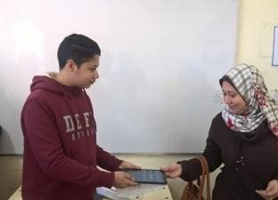 """بالفيديو  ردود أفعال طلاب ومدرسين وأولياء أمور بعد توزيع """"التابلت"""""""