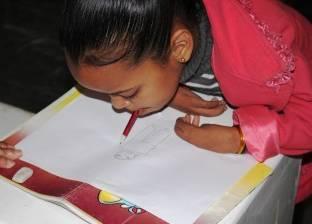 «بسملة».. طفلة أسوانية تستخدم فمها في الكتابة والرسم