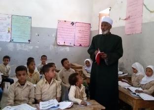 رئيس منطقة أسوان الأزهرية يتابع الدراسة بمعهد الفتح المبين