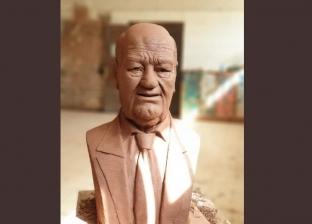 """حسن حسني يتصدر """"تويتر"""" بـ""""تمثال منحوت"""".. ومعلقون : """"فنان عملاق"""""""