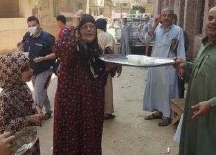 """الحاجة سعدية توزع """"رز بلبن"""" في الشرقية ابتهاجا بعودة صلاة الجمعة"""