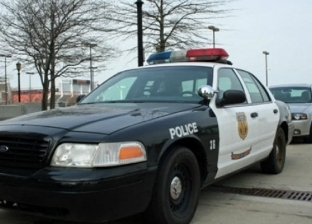 """""""صدق أو لا تصدق"""".. لص يقفز إلى سيارة شرطة أثناء هروبه بعد سرقة منزل"""