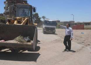 رفع 30 طن مخلفات قمامة وأتربة من الطرق وصيانة 900 كشاف بمنفلوط