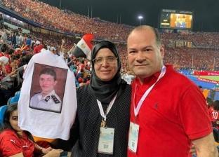 """نشأت الديهي مع والدة شهيد شرطة: """"استاد القاهرة يتزين بأسر الشهداء"""""""