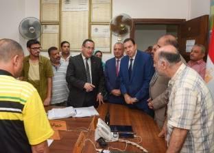 محافظ الإسكندرية يجتمع بمساعديه لوضع خطط سير العمل.. ويتفقد غرفة العمليات الرئيسية.. ويطلب حصراً بجميع الشكاوى الواردة إليها